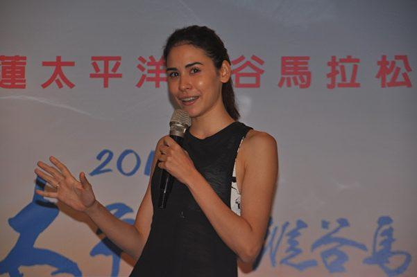 曾被譽為橫空出世的天才美女跑者雷理莎是馬拉松代言人,她將參加半馬21K比賽,希望有更多人參與,跟她一起挑戰。(詹亦菱/大紀元)