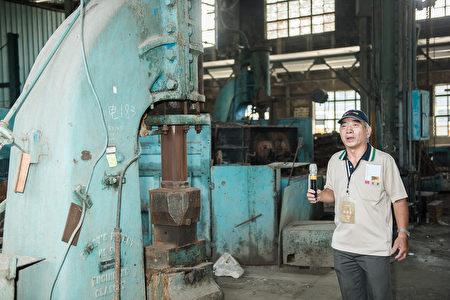 志工導覽鍛冶工廠,進行鍛件製造、鋼件熱處理,以及彈簧修製試驗等工作。(文化部/提供)