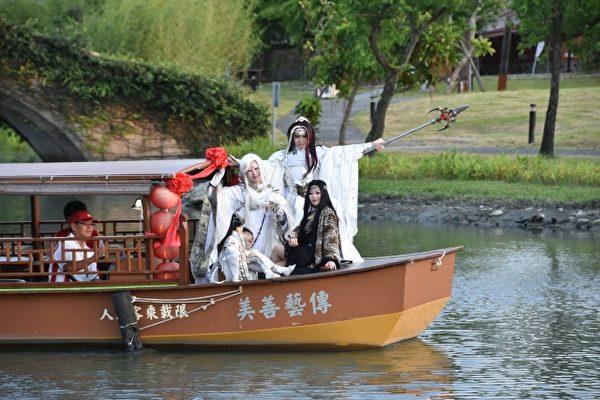 金光布袋戲coser搭船至舞台區大會師。(善美的文化藝術基金會提供)