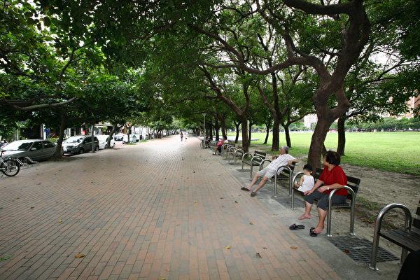 民眾若在公園及園道範圍內違規停車,建設局得報請警察局開罰拖吊。(台中市政府提供)