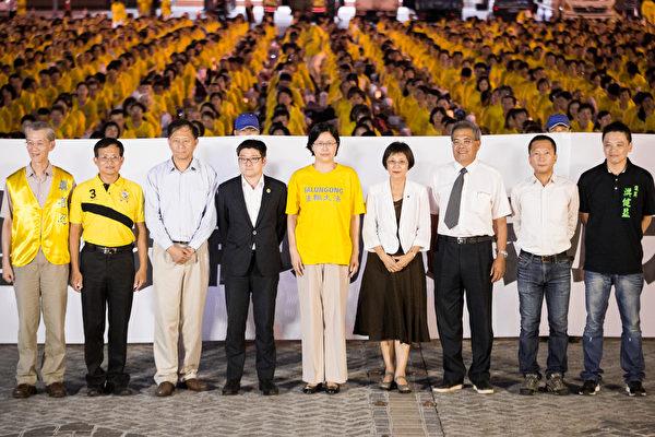过1,500名来自台湾各地的部分法轮功学员,在台北市政府广场前举行烛光晚会,新竹市议员曾资程(左2)、台北市议员徐弘庭(左4)、李庆锋(右2)、洪健益(右1)、嘉义县议员蔡鼎山(右3)等人都到场声援。(陈柏州/大纪元)