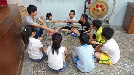 队辅与小朋友们的初相识和互动。(简源良/大纪元)