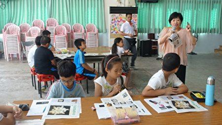 """吴沛霞老师替孩子上了一堂""""水结晶的故事""""课程。(简源良/大纪元)"""