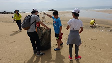 小朋友参与净滩活动。(简源良/大纪元)
