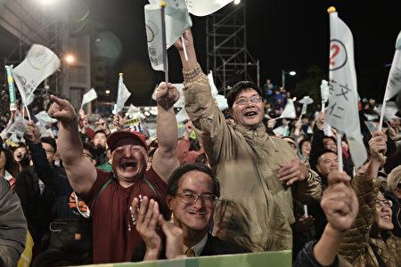 先總統蔣經國於1987年7月15日發布解嚴令,兩岸政治體制從此走上完全不同的兩條道路,台灣成為民主、自由的開放政體。(AFP)