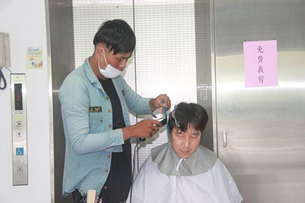林桄瑋的初衷是環島義剪,17日來到宜蘭市議會,為低收入民眾免費義剪,讓別人看到新髮型時露出笑容,就是他最大的獎賞。(郭千華/大紀元)