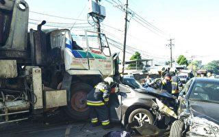 台北市士林区仰德大道三段19日上午发生一起重大车祸,一辆水泥车疑似刹车失灵撞击22辆汽、机车。(中央社/提供)