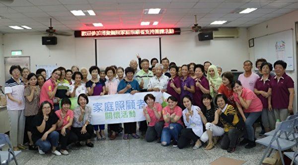博爱居家护理所护理师为提升照顾技能特别与日本老师学习日本翻身摆位。(罗东博爱医院提供)