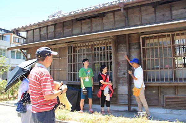 导览人黎万青详细说明木房子的结构与用意。(谢月琴/大纪元)