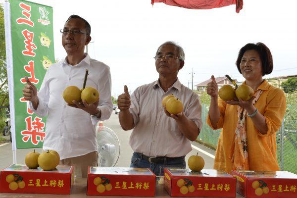 三星鄉長黃錫鏞(左)試吃了三星鄉梨農林建銘首度嫁接的秋蜜品種上將梨。 (三星鄉公所提供)