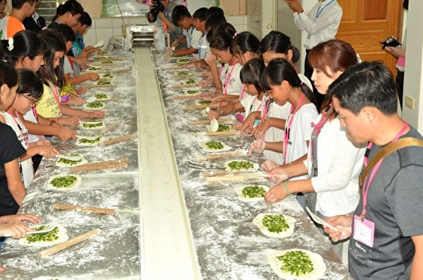 日本岐南町参访团体验做葱油饼。(三星乡公所提供)