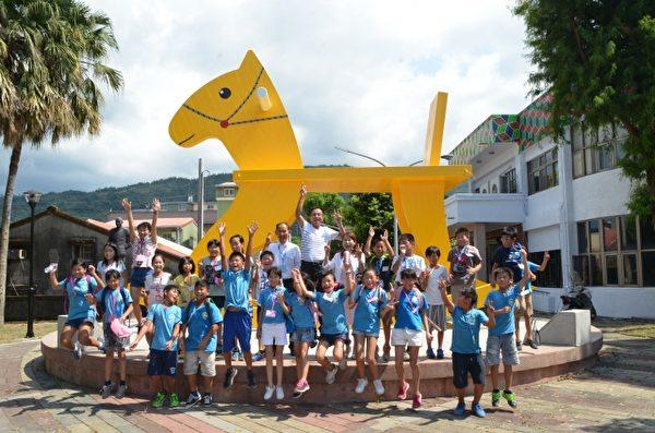 日本岐南町参访团与大隐国小小朋友在三星洛克马前合影。(三星乡公所提供)