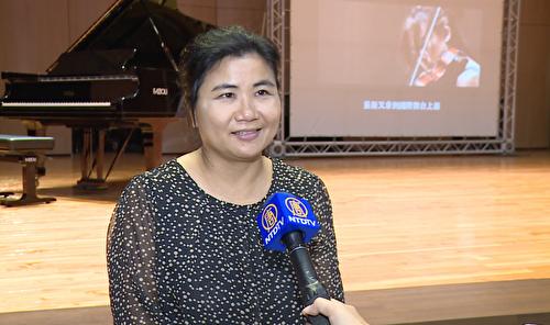 聽眾蘇媽媽表示,劉忠欣教授講解的內容在深度與廣度上都非常紮實,和一般教鋼琴的老師不同。(新唐人電視台提供)