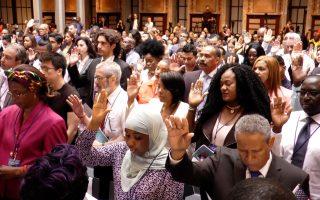 來自59個國家,202位移民舉起右手宣誓,正式入籍成為美國公民。 (韓瑞/大紀元)