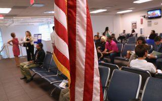 最近纽约市一名背负递解令正在办理I-601A申请的无证移民,收到移民局I-130亲属申请的问话通知。 (John Moore/Getty Images)