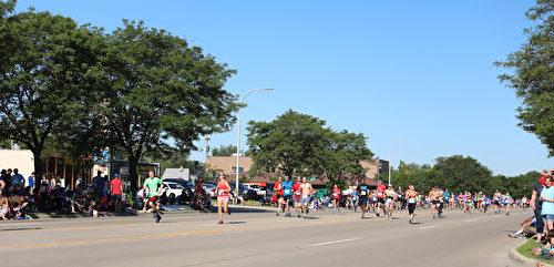 2017年7月4日,美国密西根根奥克拉郡克劳森- 特洛伊国庆节游行,以马拉松开跑。(王育梅/大纪元)