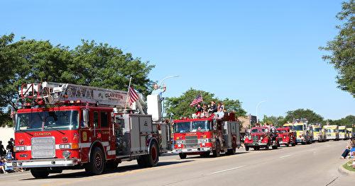 2017年7月4日,美国密西根根奥克拉郡克劳森- 特洛伊国庆节游行的消防车队列。(王育梅/大纪元)