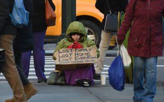 市長白思豪表示,NYPD將在憲法允許的範圍內嚴厲打擊街頭要飯的。 (Timothy A. Clary/AFP/Getty Images)