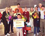2002年3月9日,前奥运名将Jan Becker(左一)在天安门广场抗议后回到墨尔本,在机场受到民众热烈欢迎。(Jan Becker提供)