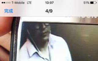 監控錄像顯示,在孟小姐點餐時,站在她旁邊的男子正摸走她放在收銀臺上的手機。 (孟小姐提供)