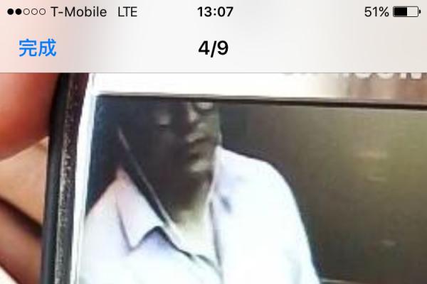 监控录像显示,在孟小姐点餐时,站在她旁边的男子正摸走她放在收银台上的手机。 (孟小姐提供)