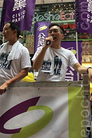 黨魁楊岳橋表示,雖然這5年港人過得很辛苦,「但我們比梁振英長命,你如果希望我們比他長命和勝利的話,希望你們夠過來支持公民黨的工作,買一件T恤」。(黃瑞秋/大紀元)