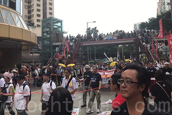 民間人權陣線今天舉行七一大遊行,一如既往多個政黨及團體在銅鑼灣擺設街站。(林怡/大紀元)