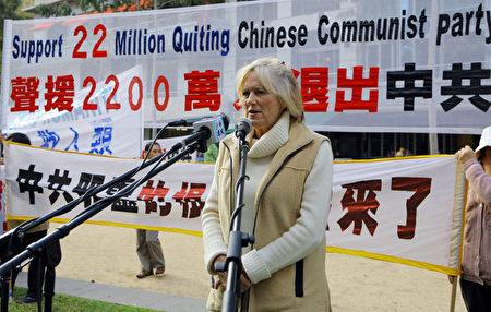 """2007年6月4日,前奥运名将Jan Becker在集会上声援2200万中国人""""三退""""。(Jan Becker提供)"""