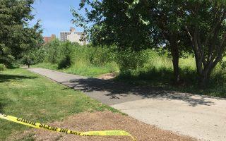 凱辛娜走廊公園的小路兩旁雜草叢生,成犯罪分子作案地,為行人帶來安全隱患。圖為性侵案案發環境,警方調查的警戒線還留在那裡。 (林丹/大紀元)