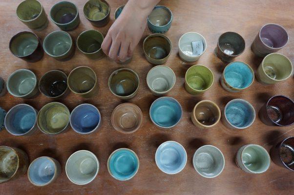缤纷的陶杯,艺术家精心调配色料,追求无限唯美的作品。(李怡欣/大纪元)