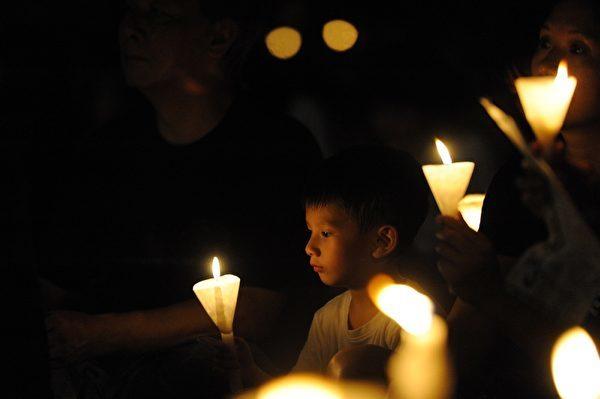 中國的知識分子,飽受中共暴政的欺騙和迫害。圖為2014年6月4日晚,香港18萬市民參加悼念「六四」的燭光悼念集會,呼籲結束一黨專政。(大紀元圖片)