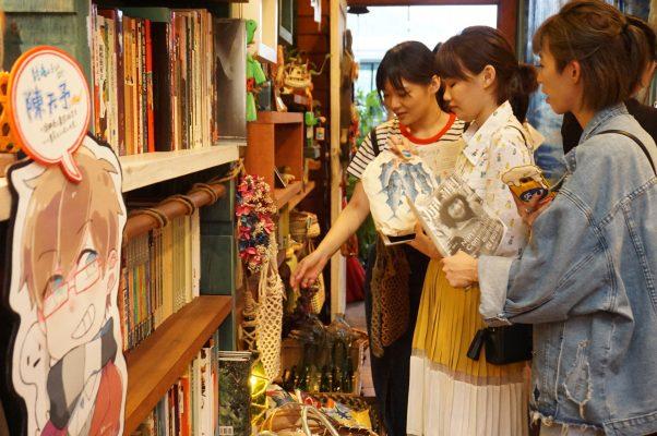 南方澳巷弄间发现风格二手书屋,喜欢翻箱倒柜的女孩,在此可挖到当地文史与别致手作小物。(李怡欣/大纪元)