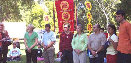 2002年3月9日,Jan Becker抵达澳洲墨尔本后在Flagstaff Gardens公园和其他同行学员接受澳洲多家媒体采访。(Jan Becker提供)