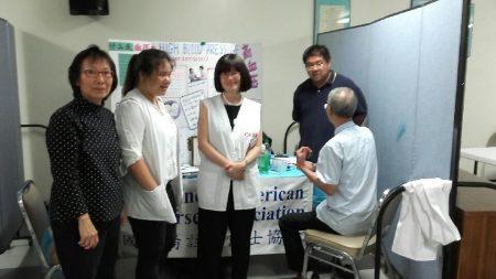 周梅麦拉(左三)和护士同行。