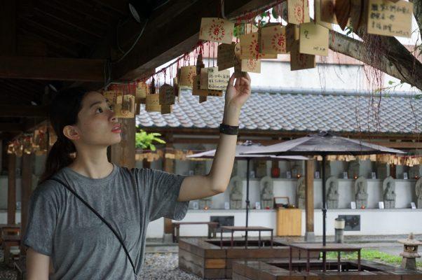 庆修院长廊悬挂信众祈愿卡,浓浓日本意境,一时间,以为自己穿越时空,从花莲吉安来到日本京都。(李怡欣/大纪元)
