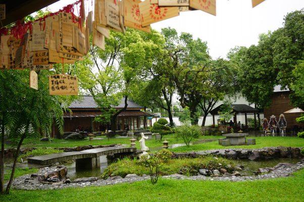 花莲庆修院长廊悬挂信众祈愿卡,郁郁葱葱的日式庭院雨中即景。(李怡欣/大纪元)