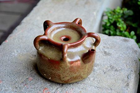 五梅燻油壺,有著小圓口與5個小把手的小壺,是女士儲存髮油的陶罐。(鄧玫玲/大紀元)