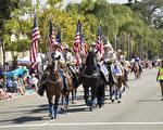加州聖地亞哥地區最大的獨立日國慶遊行當數在科羅納多島(Coronado)的遊行,100多個隊伍參加,每年吸引3-5萬人觀看。圖為7月4日慶祝美國241年獨立日國慶遊行上的第一個隊伍科羅納多騎警。(楊婕/大紀元)