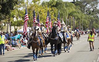 加州圣地亚哥地区最大的独立日国庆游行当数在科罗纳多岛(Coronado)的游行,100多个队伍参加,每年吸引3-5万人观看。图为7月4日庆祝美国241年独立日国庆游行上的第一个队伍科罗纳多骑警。(杨婕/大纪元)