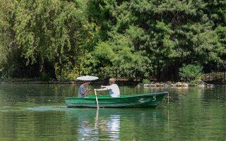 在中央公园人工湖上荡起一叶扁舟,是许多影视作品中都出现过的经典场景。 (Andereas Solaro/AFP/GettyImages)