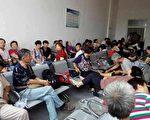 7月1日上午,上海訪民到央視請求曝光上海訪民問題,被警方關進久敬庄。(訪民提供)
