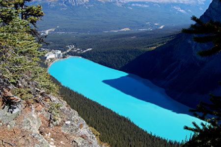 露易丝湖浓得化不开的蓝色往往令游客惊异。(Sunny/大纪元)