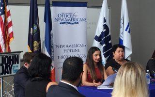 州長移民辦公室主任珍妮花(中)在約翰傑伊司法學院的移民研討會上發言。 (施萍/大紀元)