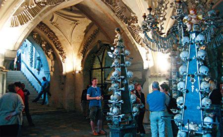 人骨教堂的特殊风格,吸引了许多游客的目光。(《捷克经典》/柿子文化)