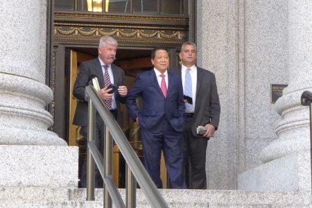 纽约南区联邦检察官指控澳门地产富商吴立胜(中)搞金钱外交。