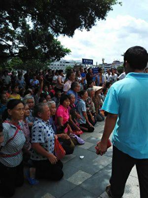 廣西賀州市鐘山縣兩安鄉立頭村數百村民抗議稀土開採所造成的污染問題。(村民提供)