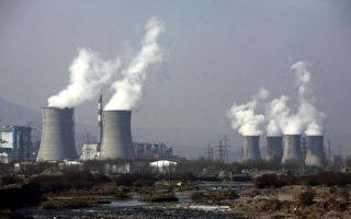中国正悄悄将污染外包给别国,过去7年间有一半以上的海外项目投资都给了燃煤发电厂。图为青海省大通燃煤火力发电厂的蒸汽从冷却塔不断冒出。(China Photos/Getty Images)