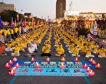 7月16日,紐約部分法輪功學員紐約中領館前燭光守夜,紀念720。 (戴兵/大紀元)