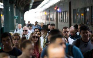 大修后的第一个通勤日,整个车站看上去井然有序,乘客对通勤情况反响平静。 (Kevin Hagen/Getty Images)