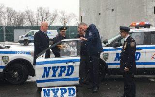 今年2月,紐約市長和市警局長在布朗士親自鑑定了最新的防彈設備,但這一計畫有遣漏。 (奧利弗/大紀元)